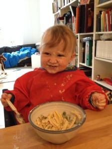 Foto von einem Kleinkind, das sich beim Essen bekleckert hat