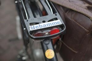 Fahrrad mit einem Aufkleber mit der Aufschrift Hebamme